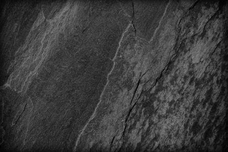 Dunkelgrauer schwarzer Schieferhintergrund oder -beschaffenheit; Oberflächenwand von dunkelgrauen Tönen der Steinwand für Gebrauch als Hintergrund, Steinbeschaffenheitshintergrundschmutz-Naturdetail für Design und Dekor, Bau, Innen Standard-Bild
