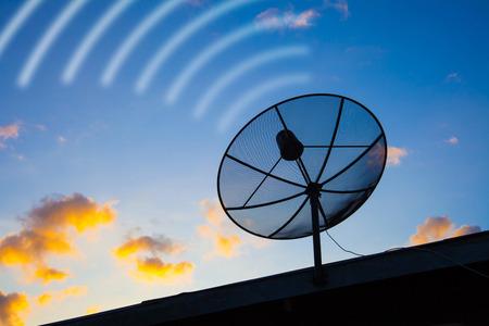 antena parabolica: Antenas parab�licas silueta cielo azul