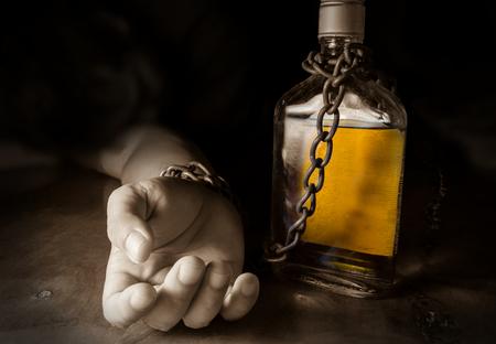 esclavo: Esclavo del alcohol o alcoholismo, problema social. Foto de archivo