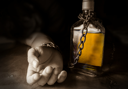 Niewolnikiem alkoholu lub alkoholizm, problem społeczny.