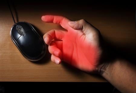 トリガーに指またはマウスを使用してコンピューターからの痛み手根管症候群。 写真素材