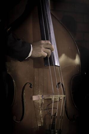 fiddlestick: Sepia filtra color del m�sico tocando contrabajo.