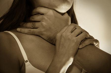 abuso sexual: Violencia con estrangular a chica, problema social. Foto de archivo
