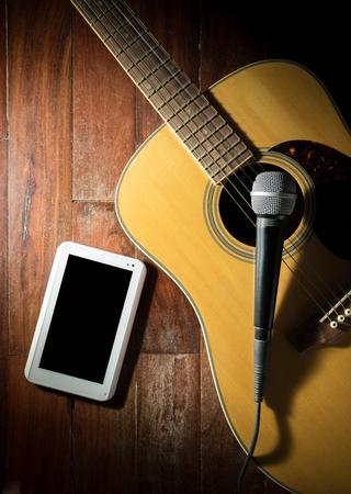 gitara: Martwa natura Gitara akustyczna z mikrofonu i komputera typu tablet.