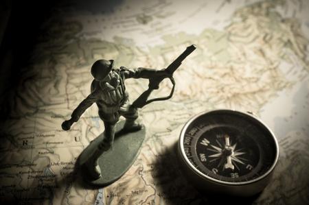 soldado: juguetes soldado con brújula en el mapa, el concepto de la guerra.