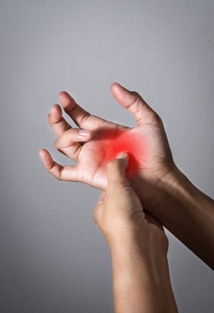 여자는 손가락 통증으로 고생했다.