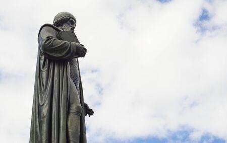 er: Statue von Johannes Gensfleisch genannt Gutenberg, dem Erfinder des Buchdrucks. Sie steht in Mainz, Deutschland. Er druckte die erste Bibel.