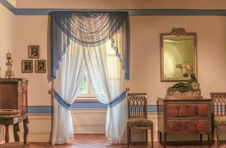 ビーダーマイヤー様式の部屋のアンティーク 19 世紀の家具で上品な内装します。