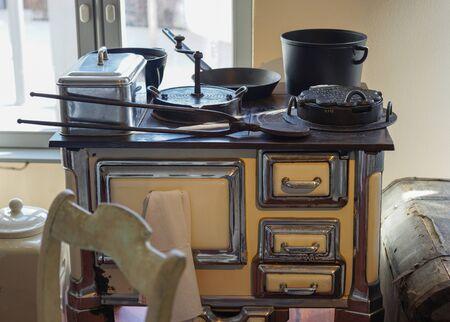 cocina vieja: estufa de la cocina antigua con los utensilios de cocinar y hornear Foto de archivo