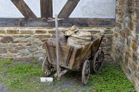 carreta madera: Antiguo carro de madera degradado