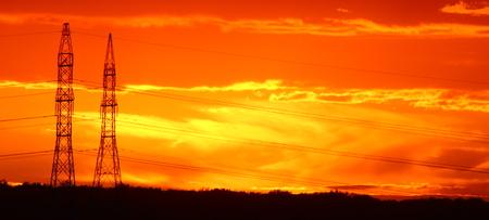 torres de alta tension: Pilones en la puesta del sol