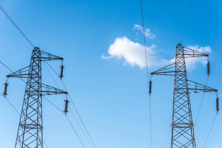 torres de alta tension: Domingo establecimiento detrás de una hilera de torres de energía