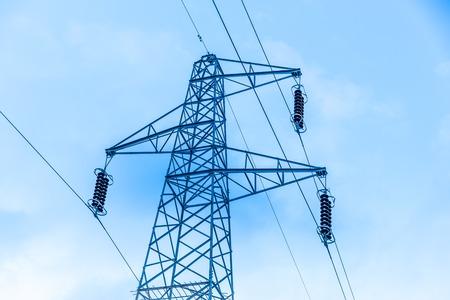 torres el�ctricas: Domingo establecimiento detr�s de una hilera de torres de energ�a