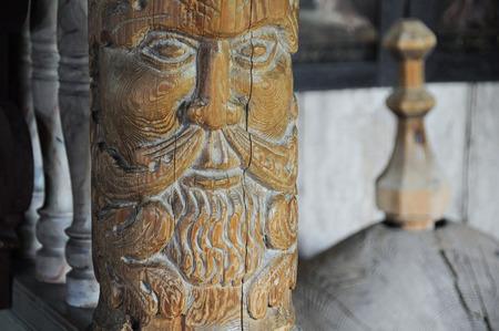 tallado en madera: Antigua talla de madera de Viking Foto de archivo