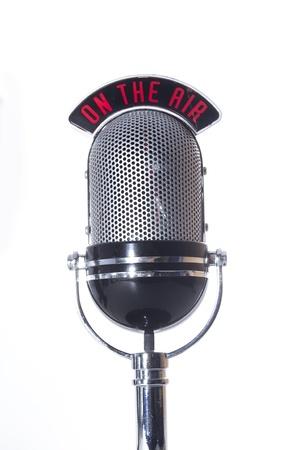 microfono de radio: En el micrófono del aire sobre un fondo blanco Foto de archivo