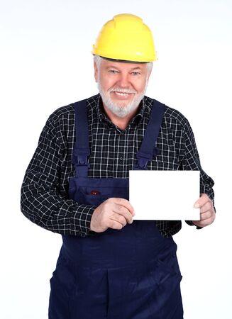 Handwerker mit Helm und Schild in der Hand