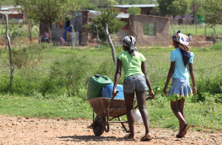 Meisjes halen van water voor huishoudelijk gebruik