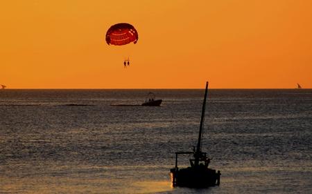 hanging around: Apenas colgando alrededor de vacaciones - pareja en un paraca�das