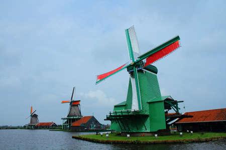 molinos de viento: Molinos de viento en Holanda Zaanse Shans Foto de archivo