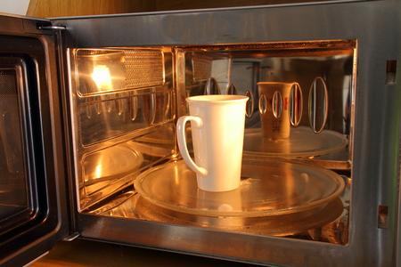 microondas: Una taza en un horno de microondas