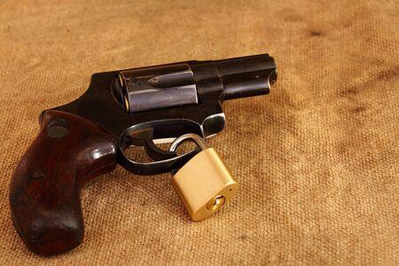 gatillo: A handgun with a lock around the trigger Foto de archivo