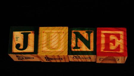 De term juni visueel weergegeven op een zwarte achtergrond in liggend formaat met behulp van kleurrijke houten blokken Stockfoto - 77651573