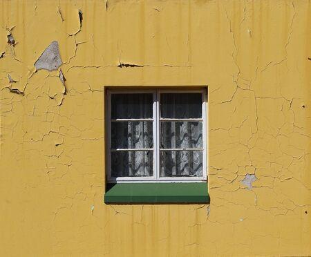 白いレース カーテンとコピー スペースに横向きで放置された黄色塗られた壁の緑枠を窓枠します。