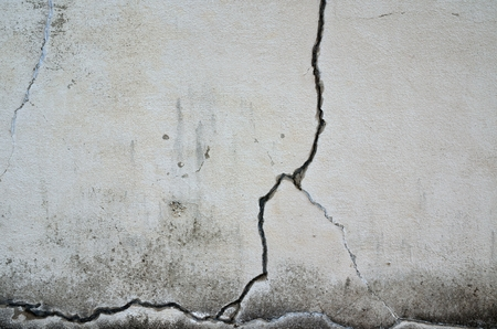 Cracked walls Stock Photo - 76728180