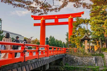 The Great Torii of Heian Jingu Shrine in Kyoto 에디토리얼
