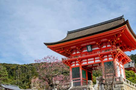 Niomon gate of Kiyomizu-dera Temple in Kyoto 에디토리얼