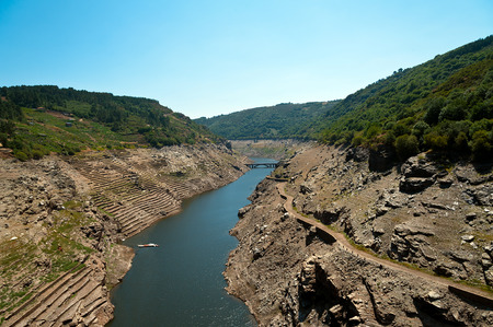 sacra: Belesar reservoir cleaning the Minho river. Views of the ruins of the village of Chave, strains and terraces of vineyards in the Ribeira Sacra, Lugo, Galicia, Spain Stock Photo