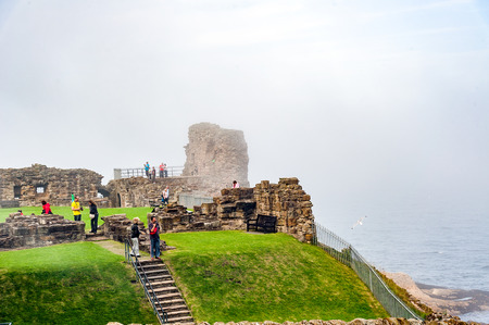 predicador: St. Andrews, Scotland, UK- circa sepotember 2016Ruins of St. Andrews Castle, St. Andrews, Protestant preacher George Wishart may have been imprisoned in the castle's  dungeon.