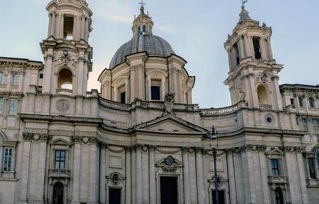 """Façade principale de l'église Santa Agnes in Agony """"Sant'Agnese in Agone"""" située sur la célèbre place Navona à Rome, Italie Banque d'images - 88294530"""