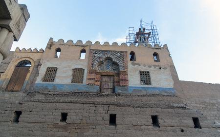 寺院が埋葬されたときに屋根の上に建てられたシェイク・アブ・ハガグ・モスクを持つルクソール寺院のペリスタイル中庭