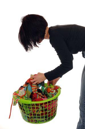 dry cleaned: Giovane donna con un cesto pieno di lavanderia calze Archivio Fotografico