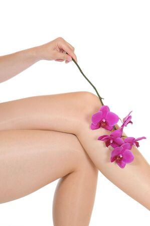 waxen: Aantrekkelijke benen van een jonge vrouw in de voorkant van een witte studio achtergrond
