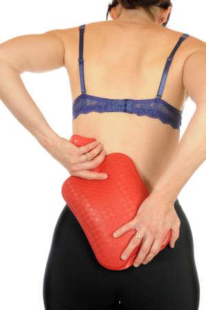 w�rmflasche: Junge schlanke Frau hat R�ckenschmerzen