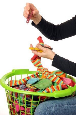 dry cleaned: Giovane donna con una cesta piena di calze