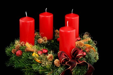 advent wreath: Corona de Adviento con velas rojas