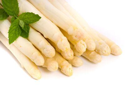 asperges: Verse asperges op wit wordt geïsoleerd  Stockfoto