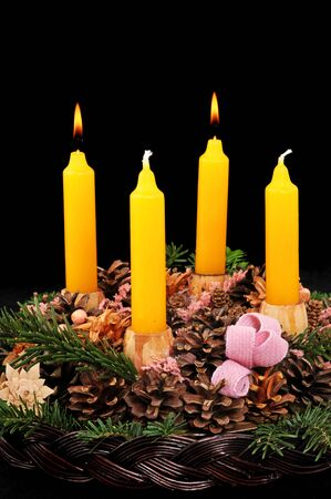 the advent wreath: Corona de Adviento con velas amarillas