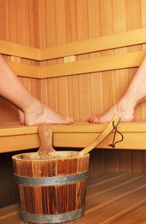 sauna nackt: Finnische Sauna mit den Beinen von zwei Frauen