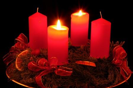 Couronne Avent avec bougies rouges  Banque d'images