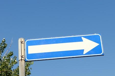 Blue arrow sign vor blauem Himmel Stock Photo - 7326503