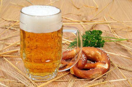 Vaso lleno de cerveza en la paja de cebada Foto de archivo - 8668590