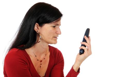 Mitte erwachsenen Frau einen Anruf tätigen, Bild-in vor einem weißen Studio-Hintergrund genommen