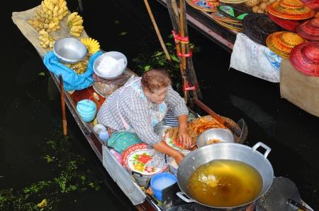 damnoen saduak: Damnoen Saduak schwimmende M?te sind ein bedeutendes Touristenziel in der N? von Bangkok  Damnoen Saduak floating markets are a well-known touristic place near Bangkok