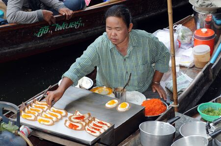 damnoen saduak: Damnoen Saduak floating markets are a well-known touristic place near Bangkok