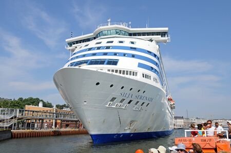 meer: The ferry Silja Serenade in the harbour of Helsinki