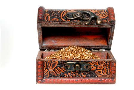 cofre tesoro: Cofre del tesoro con oro grano colores delante de un fondo blanco